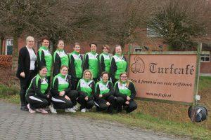 2018 - Teamfoto Thriantha Dames 4 met Vera Lunenborg van de kledingsponsor Turfcafé in Schoonebeek