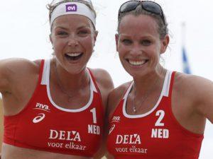 Madelein Meppelink en Sanne Keizer, uitnodiging Bechvolleybal clinic in Emmen